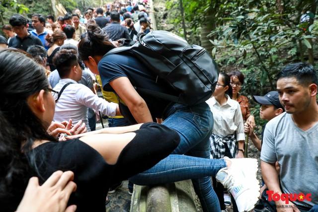 Gần 5 vạn người đổ về lễ phật trước ngày khai hội Chùa Hương - Ảnh 13.