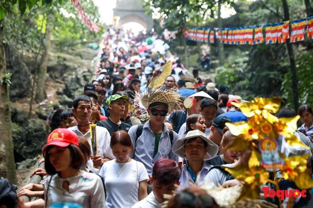 Gần 5 vạn người đổ về lễ phật trước ngày khai hội Chùa Hương - Ảnh 10.