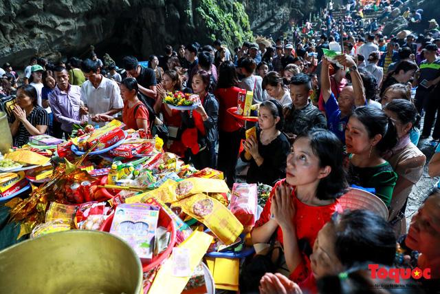 Gần 5 vạn người đổ về lễ phật trước ngày khai hội Chùa Hương - Ảnh 9.