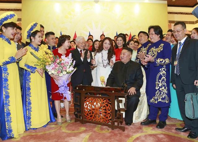 Hình ảnh Chủ tịch Triều Tiên Kim Jong-un hào hứng đánh thử đàn bầu Việt Nam - Ảnh 2.