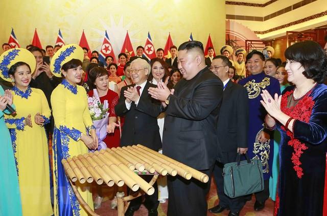 Hình ảnh Chủ tịch Triều Tiên Kim Jong-un hào hứng đánh thử đàn bầu Việt Nam - Ảnh 3.