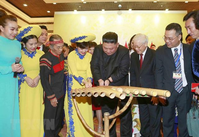 Hình ảnh Chủ tịch Triều Tiên Kim Jong-un hào hứng đánh thử đàn bầu Việt Nam - Ảnh 4.