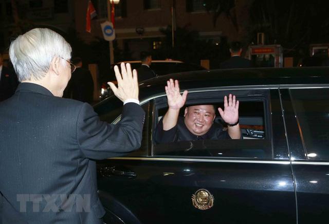 Hình ảnh Chủ tịch Triều Tiên Kim Jong-un hào hứng đánh thử đàn bầu Việt Nam - Ảnh 6.