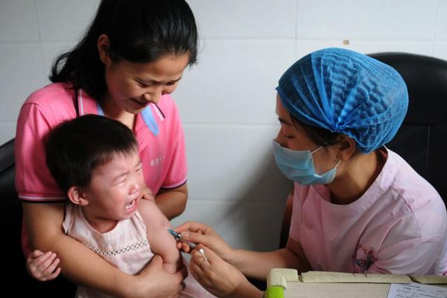 Sau rúng động bê bối vaccine, Trung Quốc cảnh báo phụ huynh sính đồ ngoại - Ảnh 1.