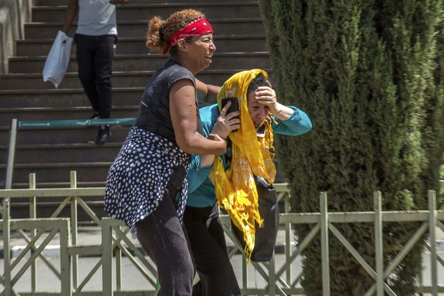 Những khoảnh khắc ám ảnh tại hiện trường vụ tại nạn máy bay Ethiopia - Ảnh 3.