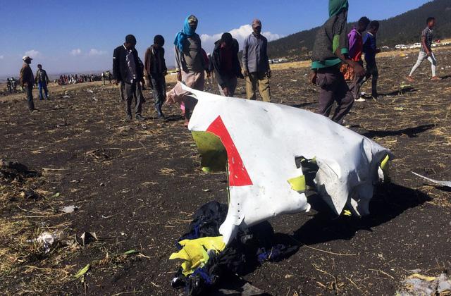 Những khoảnh khắc ám ảnh tại hiện trường vụ tại nạn máy bay Ethiopia - Ảnh 10.