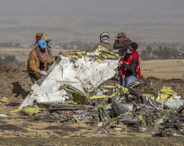 Những khoảnh khắc ám ảnh tại hiện trường vụ tại nạn máy bay Ethiopia - Ảnh 2.