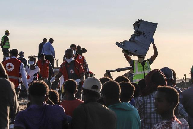 Những khoảnh khắc ám ảnh tại hiện trường vụ tại nạn máy bay Ethiopia - Ảnh 7.