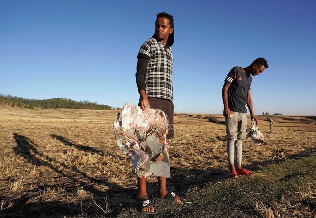 Những khoảnh khắc ám ảnh tại hiện trường vụ tại nạn máy bay Ethiopia - Ảnh 1.