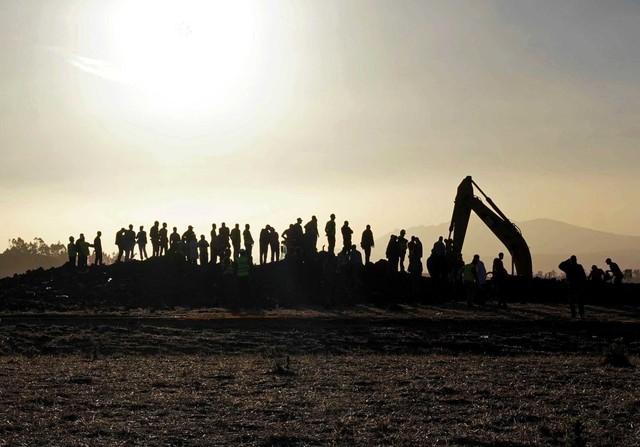 Những khoảnh khắc ám ảnh tại hiện trường vụ tại nạn máy bay Ethiopia - Ảnh 8.