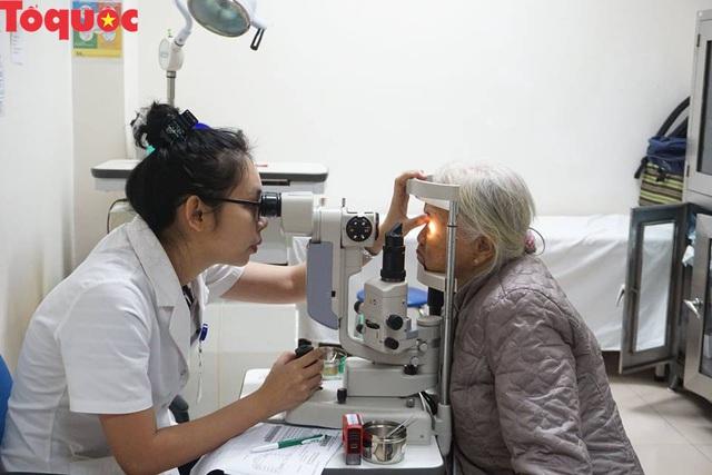 Hơn 1000 người dân được khám mắt và cấp thuốc miễn phí - Ảnh 1.