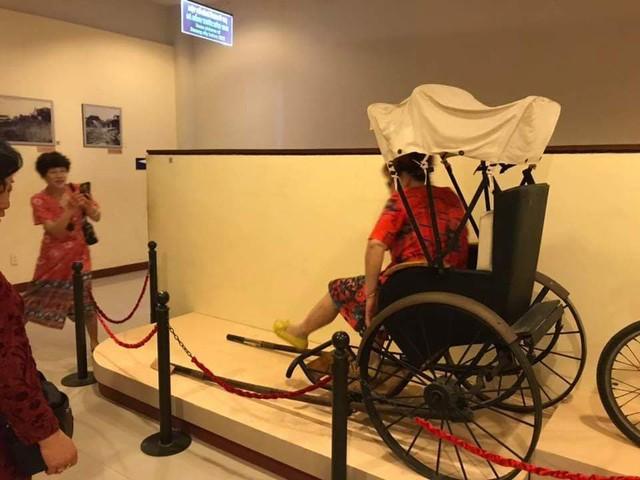 Khách Trung Quốc tự ý ngồi lên xe lôi trưng bày trong Bảo tàng Đà Nẵng - Ảnh 1.