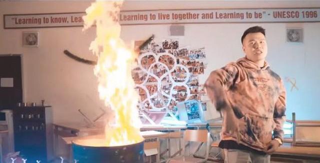Vụ Rapper Việt đốt sách vở quay MV: Chuyển công an nếu có dấu hiệu vi phạm pháp luật hình sự  - Ảnh 1.