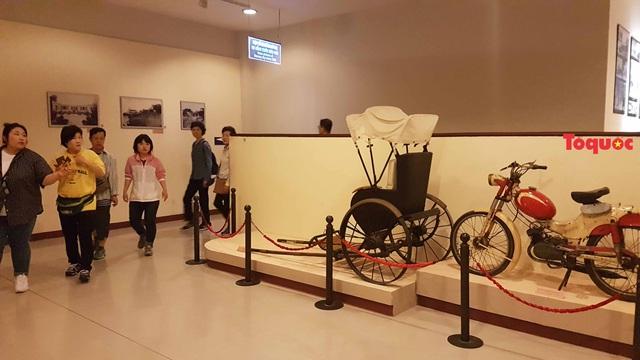 Khách Trung Quốc tự ý ngồi lên xe lôi trưng bày trong Bảo tàng Đà Nẵng - Ảnh 2.
