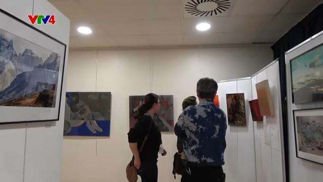 Nét văn hóa Việt qua các tác phẩm nghệ thuật tại triển lãm Double Vision - Ảnh 1.