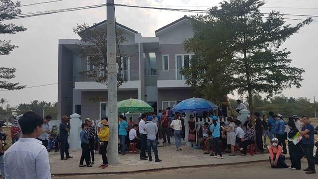 Hình ảnh người dân ngày đêm bao vây trụ sở công ty bất động sản để đòi sổ đỏ - Ảnh 1.