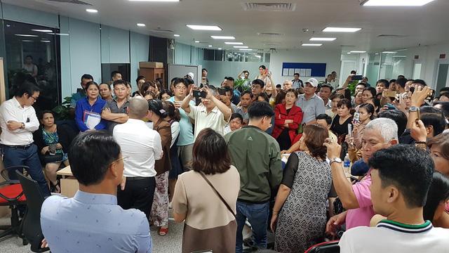 Hình ảnh người dân ngày đêm bao vây trụ sở công ty bất động sản để đòi sổ đỏ - Ảnh 2.