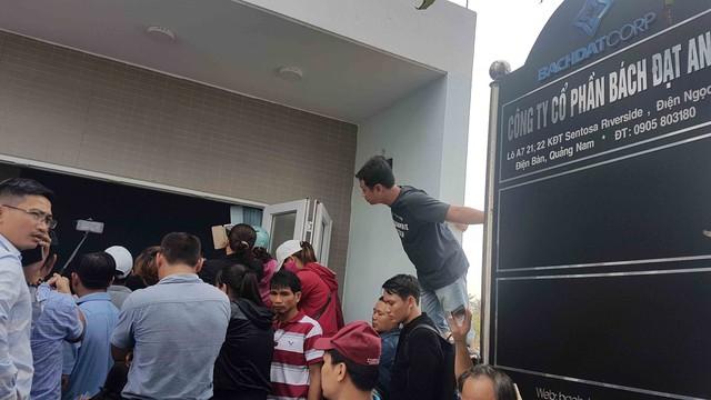 Hình ảnh người dân ngày đêm bao vây trụ sở công ty bất động sản để đòi sổ đỏ - Ảnh 7.