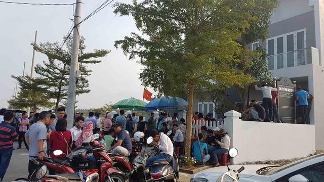 Hình ảnh người dân ngày đêm bao vây trụ sở công ty bất động sản để đòi sổ đỏ - Ảnh 3.