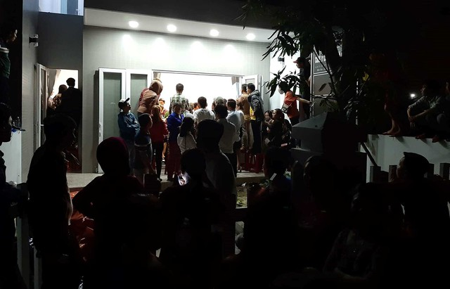 Hình ảnh người dân ngày đêm bao vây trụ sở công ty bất động sản để đòi sổ đỏ - Ảnh 11.