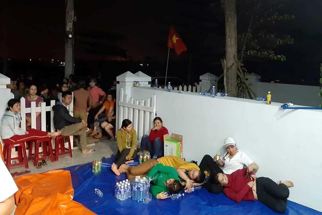 Hình ảnh người dân ngày đêm bao vây trụ sở công ty bất động sản để đòi sổ đỏ - Ảnh 12.