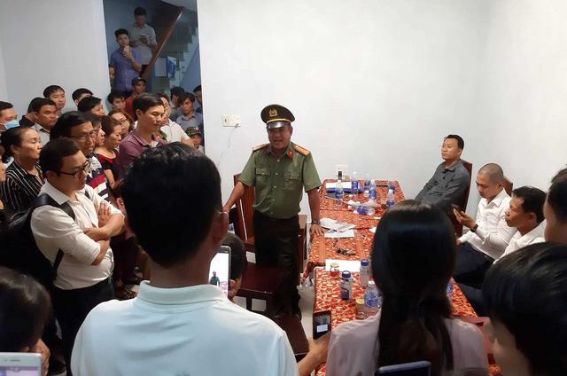 Hình ảnh người dân ngày đêm bao vây trụ sở công ty bất động sản để đòi sổ đỏ - Ảnh 14.