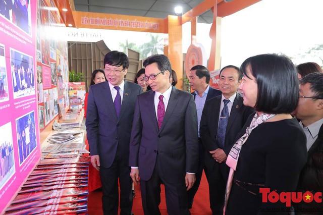 Phó Thủ tướng Vũ Đức Đam thăm gian trưng bày của Liên chi hội nhà báo Bộ Văn hoá, Thể thao và Du lịch - Ảnh 1.