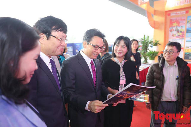 Phó Thủ tướng Vũ Đức Đam thăm gian trưng bày của Liên chi hội nhà báo Bộ Văn hoá, Thể thao và Du lịch - Ảnh 2.