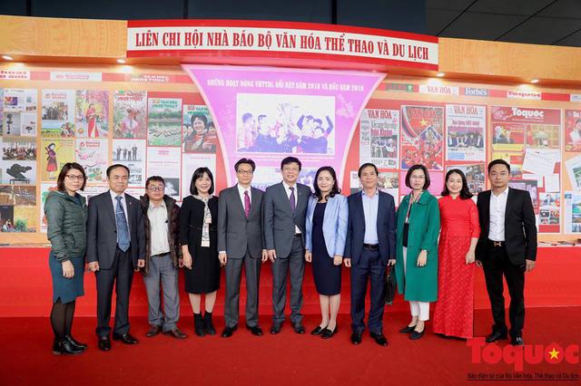Phó Thủ tướng Vũ Đức Đam thăm gian trưng bày của Liên chi hội nhà báo Bộ Văn hoá, Thể thao và Du lịch - Ảnh 3.