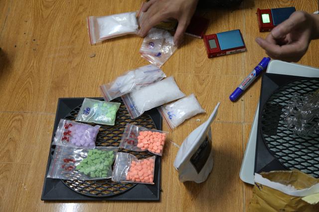 Cảnh sát bắt đối tượng tàng trữ và mua bán ma túy lúc rạng sáng - Ảnh 1.