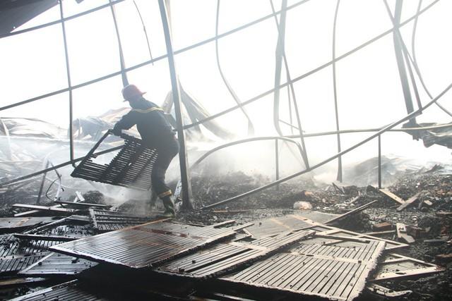 Cháy lớn tại nhà kho chứa sản phẩm từ gỗ  - Ảnh 1.
