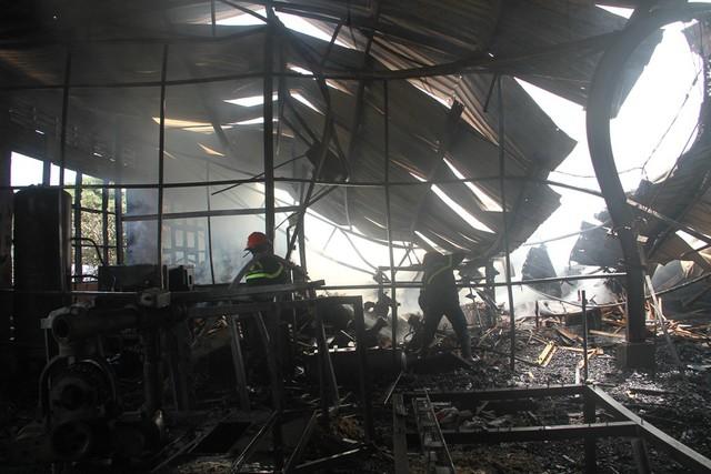 Cháy lớn tại nhà kho chứa sản phẩm từ gỗ  - Ảnh 2.