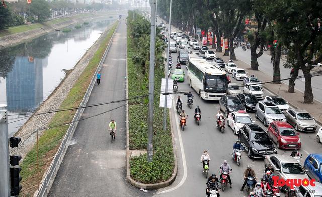 Con đường đi bộ dài nhất Thủ đô chưa kịp hoàn thiện đã bị xe máy lấn chiếm - Ảnh 1.