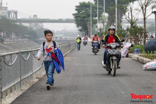Con đường đi bộ dài nhất Thủ đô chưa kịp hoàn thiện đã bị xe máy lấn chiếm - Ảnh 5.