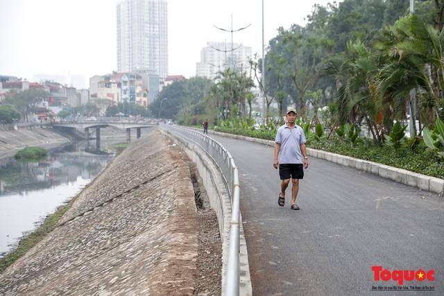 Con đường đi bộ dài nhất Thủ đô chưa kịp hoàn thiện đã bị xe máy lấn chiếm - Ảnh 2.