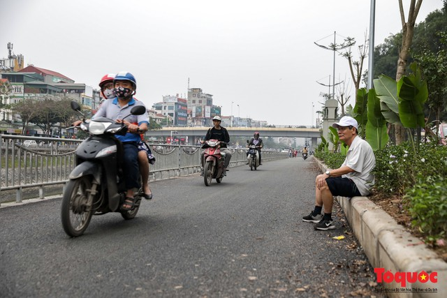 Con đường đi bộ dài nhất Thủ đô chưa kịp hoàn thiện đã bị xe máy lấn chiếm - Ảnh 8.