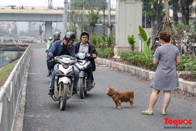 Con đường đi bộ dài nhất Thủ đô chưa kịp hoàn thiện đã bị xe máy lấn chiếm - Ảnh 7.