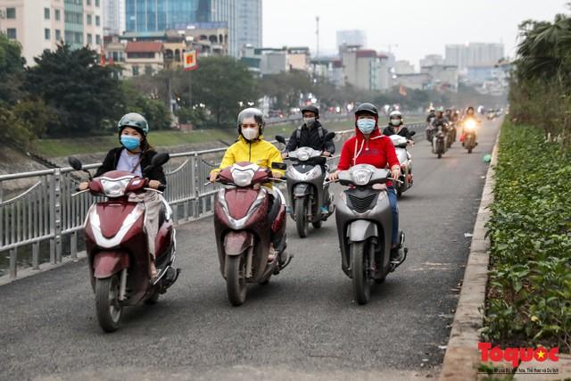Con đường đi bộ dài nhất Thủ đô chưa kịp hoàn thiện đã bị xe máy lấn chiếm - Ảnh 4.