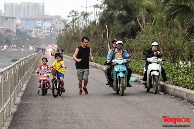 Con đường đi bộ dài nhất Thủ đô chưa kịp hoàn thiện đã bị xe máy lấn chiếm - Ảnh 6.