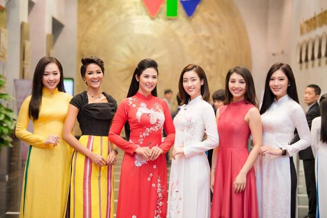 Hoa hậu Ngọc Hân, Đỗ Mỹ Linh mừng HHen Niê là Gương mặt tiêu biểu 2018 - Ảnh 5.