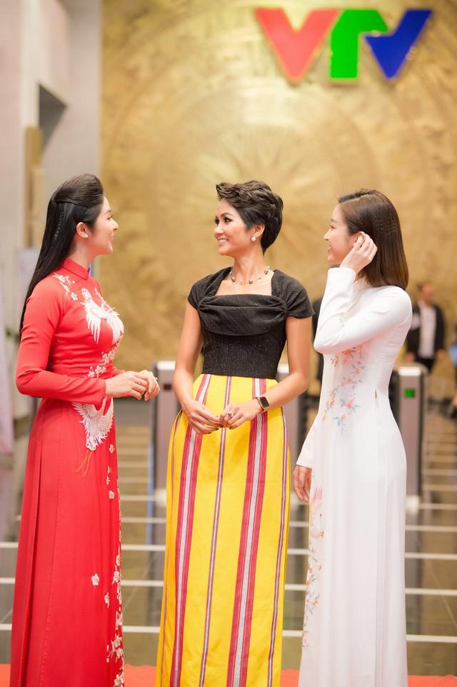 Hoa hậu Ngọc Hân, Đỗ Mỹ Linh mừng HHen Niê là Gương mặt tiêu biểu 2018 - Ảnh 2.
