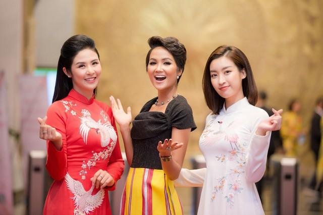 Hoa hậu Ngọc Hân, Đỗ Mỹ Linh mừng HHen Niê là Gương mặt tiêu biểu 2018 - Ảnh 1.