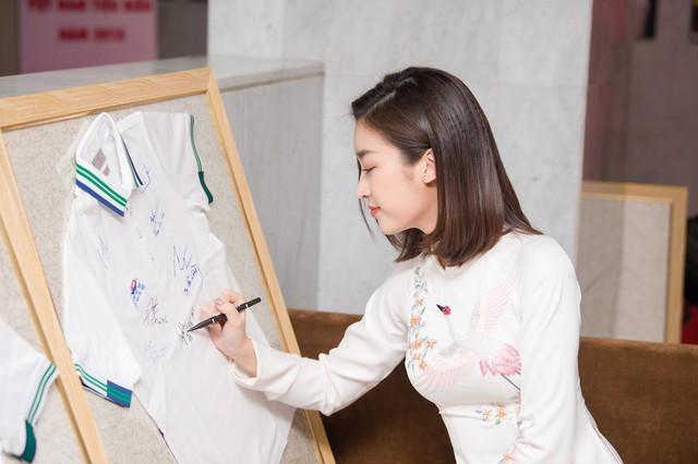Hoa hậu Ngọc Hân, Đỗ Mỹ Linh mừng HHen Niê là Gương mặt tiêu biểu 2018 - Ảnh 6.