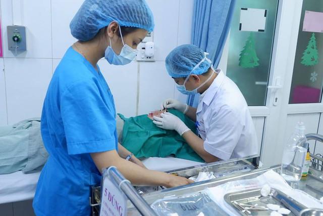 Biến chứng chảy máu không ngừng vì cắt mí mắt ở spa - Ảnh 1.