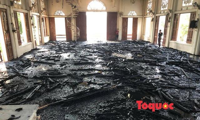 Video, ảnh: Hiện trường vụ cháy nhà thờ Công giáo thiệt hại hàng tỷ đồng - Ảnh 3.