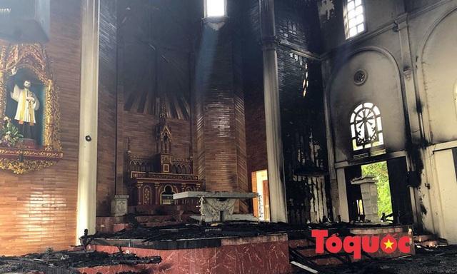 Video, ảnh: Hiện trường vụ cháy nhà thờ Công giáo thiệt hại hàng tỷ đồng - Ảnh 2.