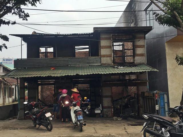 Hỏa hoạn lúc rạng sáng, căn nhà cùng nhiều xe máy bị thiêu rụi - Ảnh 1.
