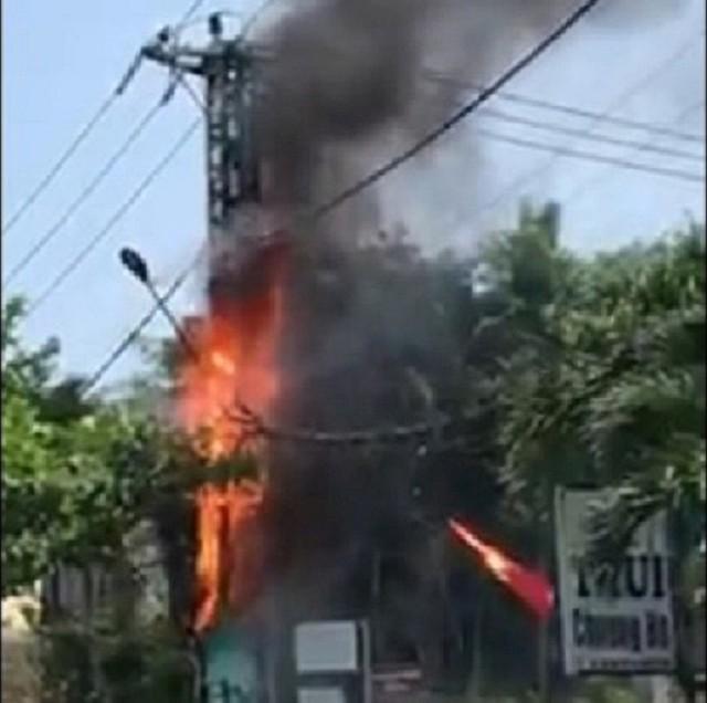 Trụ điện bốc cháy dữ dội, người dân và du khách cùng nhau di chuyển xe máy  - Ảnh 1.