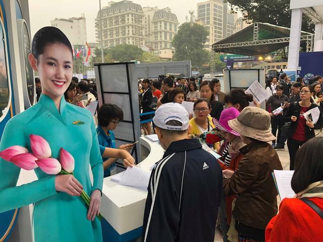 Du khách xếp hàng dài lựa chọn mua tour tại Hội chợ Du lịch Quốc tế Việt Nam – VITM 2019 - Ảnh 10.