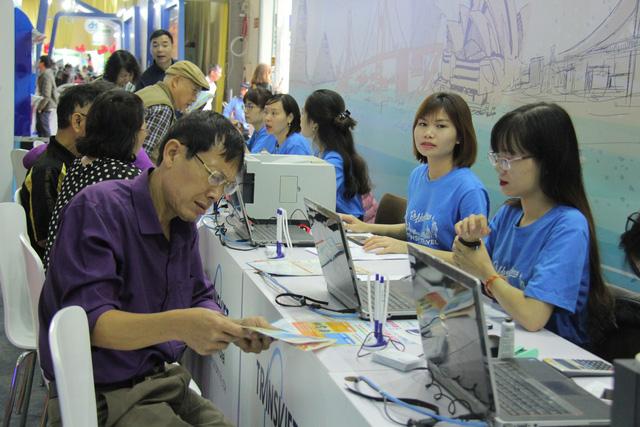 Du khách xếp hàng dài lựa chọn mua tour tại Hội chợ Du lịch Quốc tế Việt Nam – VITM 2019 - Ảnh 4.